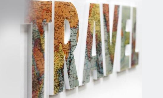 Letra caixa fixada na parede com adesivo de mapa mundi para decorar sua casa. Dica da Imobiliária Razão Curitiba.