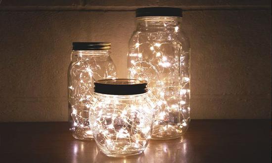 Potes de vidro com luzes de natal dentro para iluminar sua casa. Dica da Imobiliária Razão Curitiba
