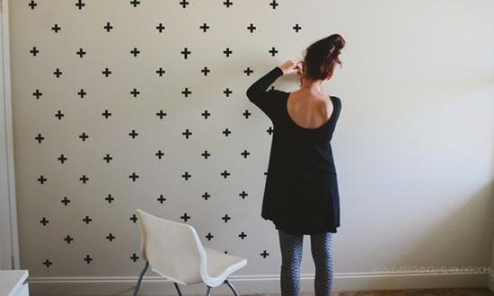 Símbolo mais, aplicado várias vezes sobre parede branca com fita crepe. Dica da Imobiliária Razão Curitiba
