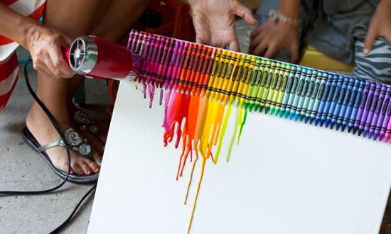 Quadro colorido com giz de cera derretido por secador de cabelo. Dica da Imobiliária Razão Curitiba
