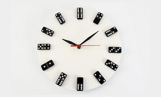 Relógio feito com vinil e peças de dominó no lugar dos números para a parede da sua casa. Dica da Imobiliária Razão Curitiba